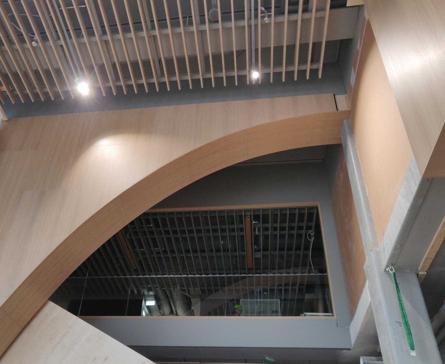 Valvet i Stadsmiljöhusets entré har flera storlekar om fanerskivor