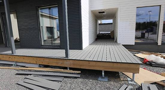 Twinson-terassi rakenteilla Asuntomessujen kohteeseen 39, Uusi Unelma.