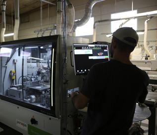 tyontekija-tehtaalla-automaatio-pieni