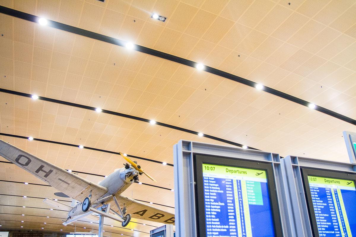 Akustoidut Puucomp-sisäverhouslevyt lentoaseman katossa.