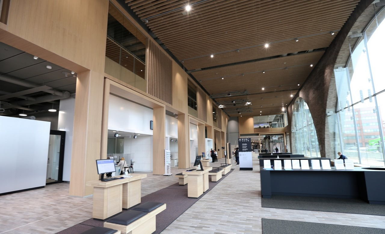 Kaupunkiympäristötalon valoisan aulan sisäverhoukset